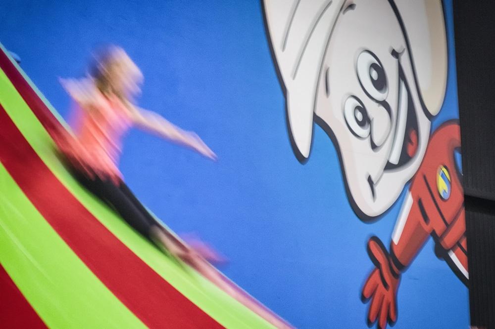 Meisje glijdt van de Klautertoren bij Jimmy's Speelparadijs