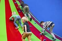 Kinderen klimmen op de klautertoren in het speelparadijs in Amsterdam