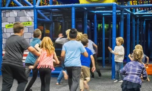 Rennende kinderen in het Klimkasteel van Jimmy's Speelparadijs