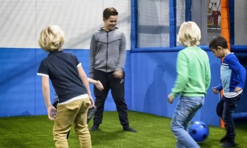 Kinderen voetballen in de pannakooi van Jimmy's Speelparadijs