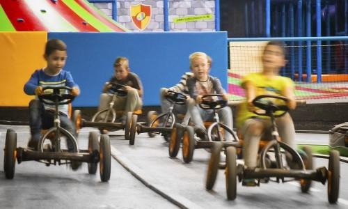 Jongens rijden op de snelle skelterbaan bij Jimmy's Speelparadijs